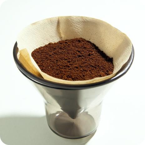 ドリッパーにコーヒー粉を入れる】
