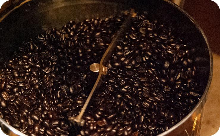 焙煎されている豆
